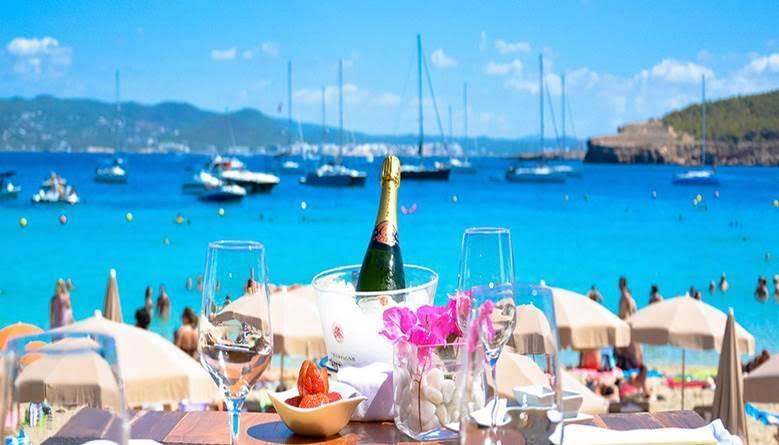 IBIZA – øya med de kuleste utendørsfestene, besøkt av de største DJ-ene i Europa,  internasjonale kjendiser, freshe hoteller, super shopping, perfekt temperatur med 210 km lang kystlinje med innbydende viker, klipper og strender….